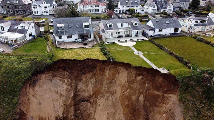 Des maisons au bord d'une falaise après son effondrement dans le village de Nefyn, au Pays de Galles, en Grande-Bretagne.