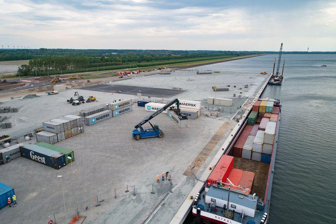 Containerterminal Flevokust Haven ten noorden van Lelystad. Links is een stukje van het toekomstige industrieterrein zichtbaar.