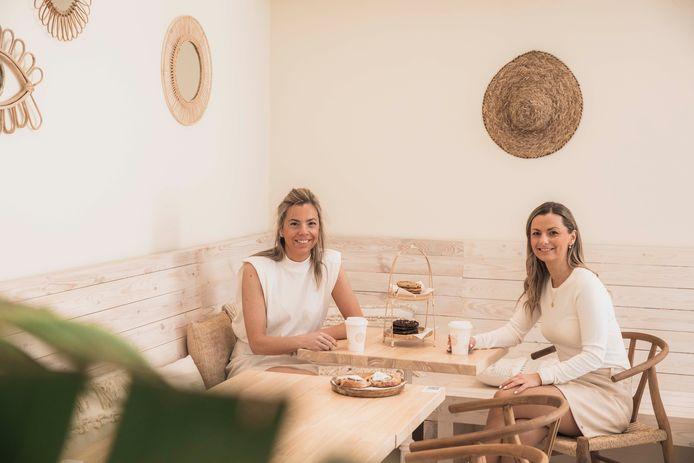 De Hasseltse zussen Nathalie (links) en Julie (rechts) zijn de trotse eigenaressen van Sweet Coffee, en dat al tien jaar lang.