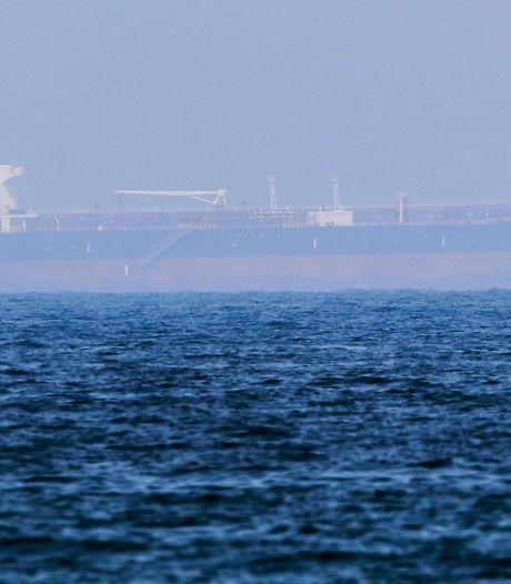 Vier of vijf tankers stuurloos in Golf van Oman na melding incident: 'Eén schip geënterd'