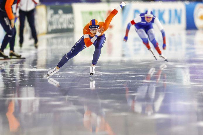 Femke Kok in actie op de 500 meter tegen Olga Fatkulina (RUS) tijdens de wereldbeker schaatsen in Thialf.