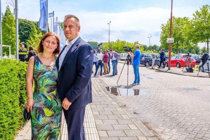 Peter Bats en zijn vrouw Jessica uit Zutphen twee jaar geleden bij de presentatie van nieuwe onderzoeksresultaten van het Joint Investigation Team (JIT). Donderdagochtend mag Peter Bats zijn slachtofferverklaring delen tijdens het MH17-strafproces.