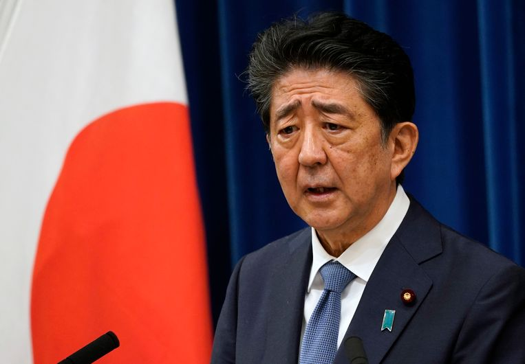 De Japanse premier Shinzo Abe kondigt vrijdag tijdens een persconferentie in Tokio zijn aftreden aan wegens gezondheidsredenen.  Beeld EPA