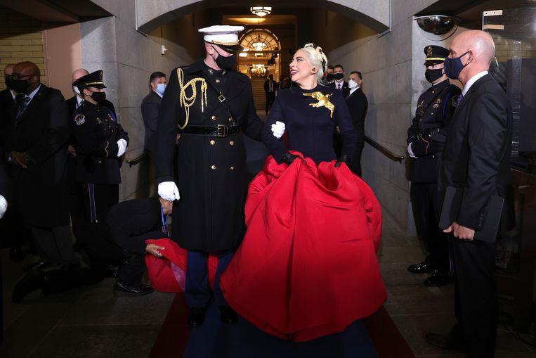 Zangeres Lady Gaga zong het Amerikaanse volkslied tijdens de inauguratie. Beeld Getty