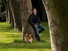 Paul (55) kon een jaar lang niet optreden, dus schreef hij een boek: 'Bob Dylan geeft je de moed om op je bek te gaan'