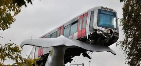Metro knalt door stootblok en wordt gered door walvisstaart: bestuurder aangehouden