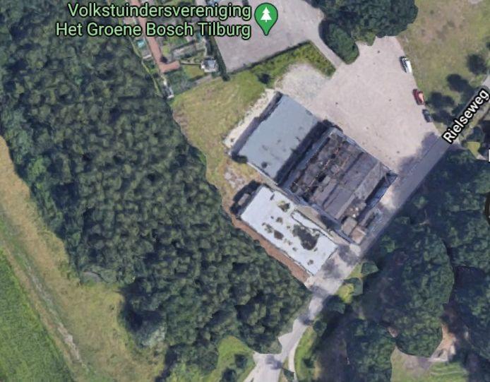 Het terrein van voorheen Hart van Brabant, waar mogelijk een logiescomplex voor arbeidsmigranten komt. Centraal op de afbeelding het verpauperde voormalige horecagebouw.