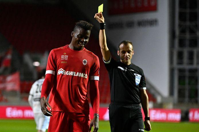 """Kort voor de pauze trok ref Boucaut geel voor Frank Boya. De Kameroener liet het niet aan zijn hart komen. """"Blij dat ik eindelijk nog eens negentig minuten speeltijd heb gekregen."""""""