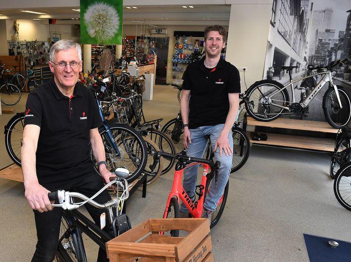 Theo Aben en zoon Fons sluiten hun rijwielhandel. Na 108 jaar komt er een einde aan het familiebedrijf in Ledeacker.