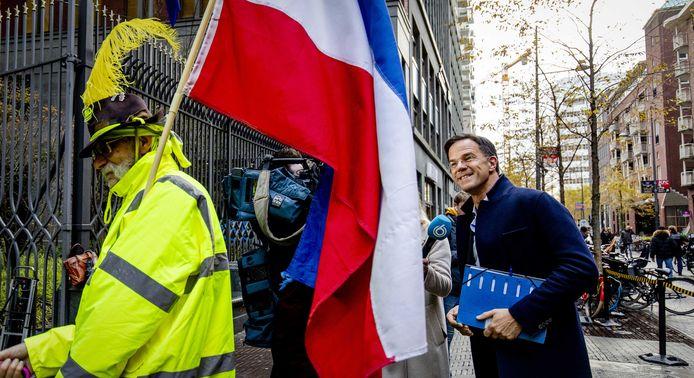 Premier Mark Rutte komt aan bij het ministerie van Binnenlandse Zaken waar hij een tweede gesprek heeft met een delegatie van de protestbeweging Gele Hesjes Nederland.