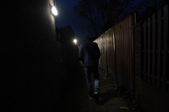 De achterom steegjes in de wijk Heeswijkse Kampen in Cuijk zijn sinds kort verlicht.