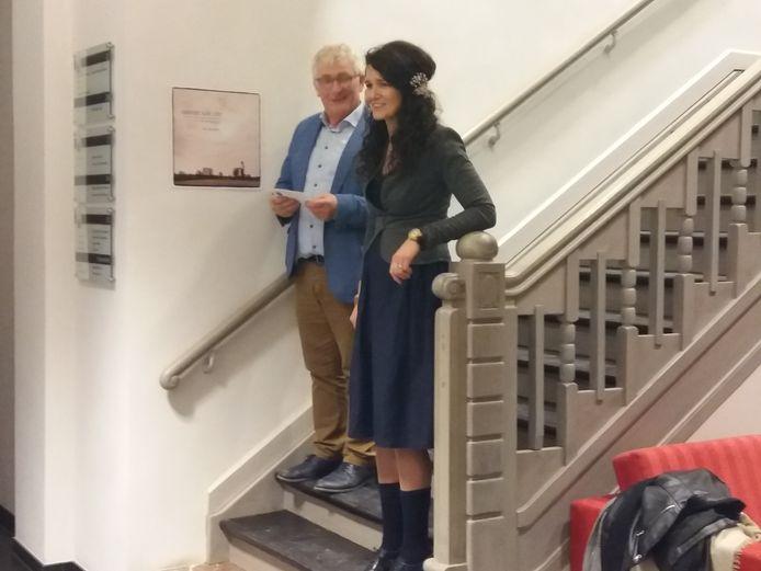 Fotografe Ann-Elise Lietaert werd op het gemeentehuis ontvangen door schepen Johan Vanysacker (CD&V).