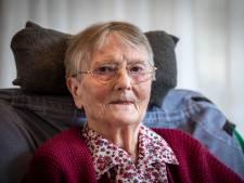 Neven en nichten gek met hun 100-jarige tante Truus; Eeuwelinge heeft nu eigen bankje in Denekamp