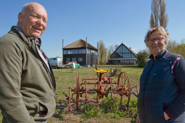 Ria van Wijngaarden en haar man bij de verbouwde boerderij in Giessenburg, waar ze sinds 1978 wonen. Beeld Otto Snoek