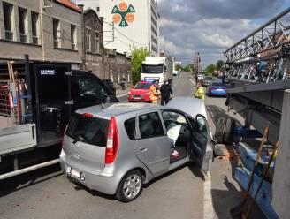 Van geluk gesproken: geparkeerde kraan belet dat oude man na botsing in het kanaal terechtkomt
