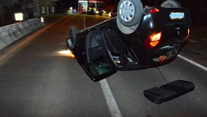 Auto over de kop op Beerlegemsebaan: bestuurder lichtgewond