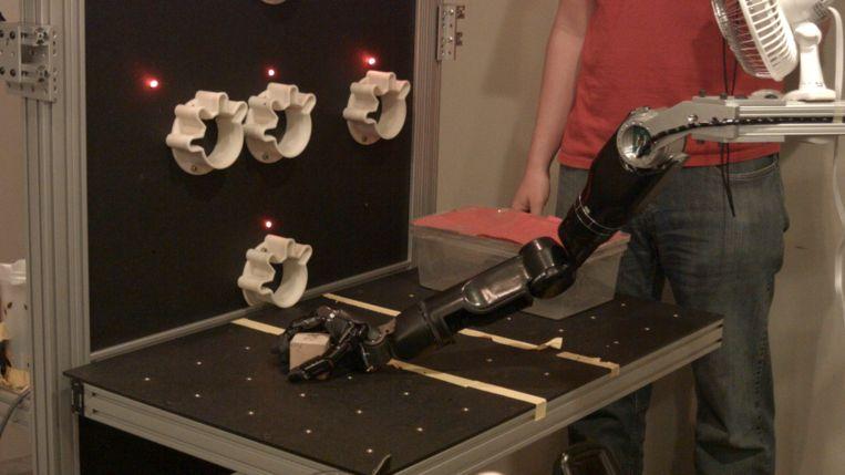 Door tastzin in de hand kan de robotarm sneller een voorwerp pakken Beeld UPMC/Pitt Health Sciences