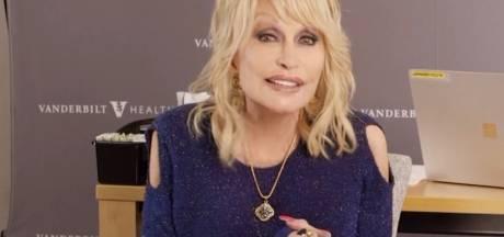 """Dolly Parton se fait vacciner et chante """"Vaccine"""" sur un air de """"Jolene"""""""