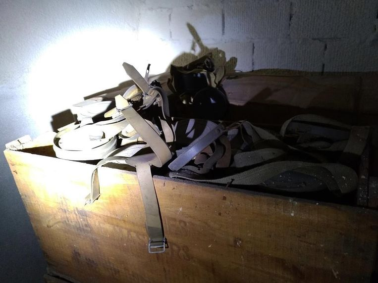 In de oude bunker liggen nog gasmaskers en oorlogsmateriaal.