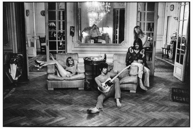 Anita Pallenberg (L), met Gram Parsons en zijn vrouw (R), op de voorgrond Keith Richards. Beeld afp