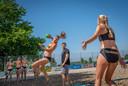 Training van het Nederlands vrouwen beachhandbalteam.