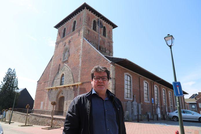 Schepen Ludo Persoons (CD&V) bij de Sint-Pieterskerk in het centrum van Galmaarden.