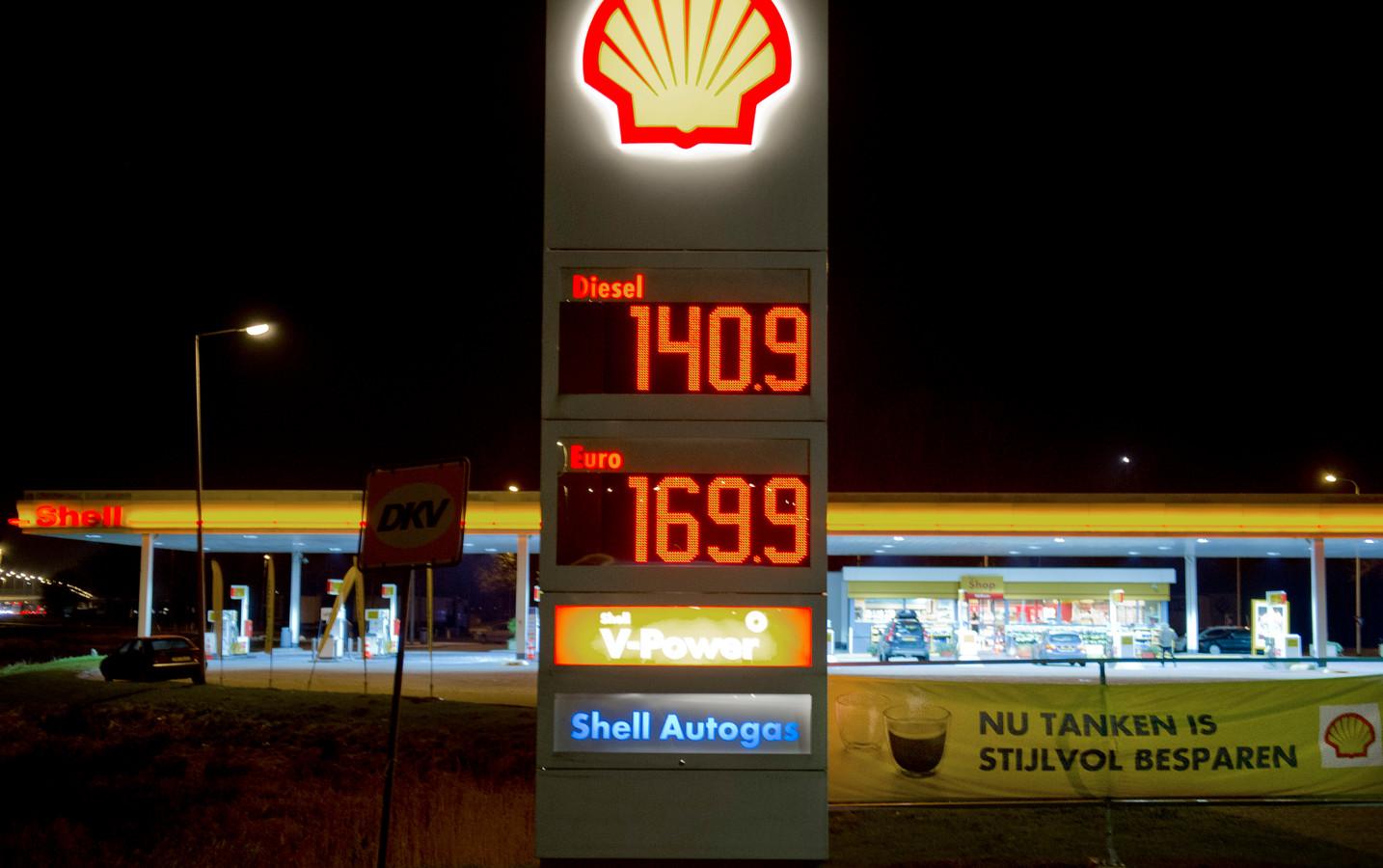 Een tankstation langs de A2 bij Breukelen verkocht zaterdag 25 april een liter euro ongelood voor 169.9 euro. Inmiddels is de prijs gestegen naar 1,895 euro per liter. ANP MARCEL ANTONISSE