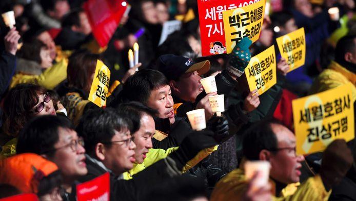 Betogers eisen het ontslag van Park Geun-hey in Seoel.