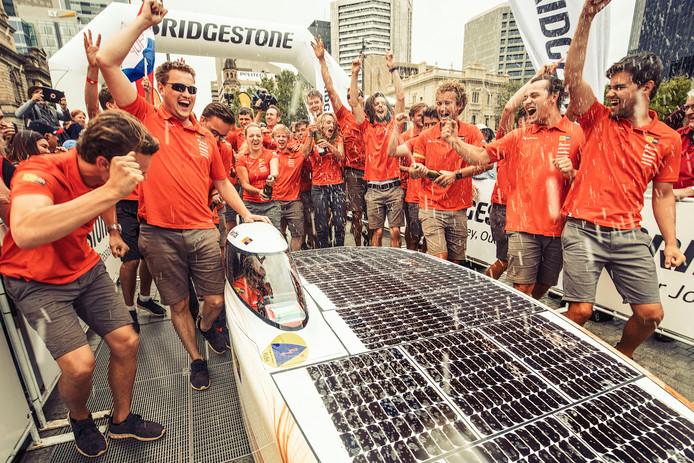Foto: Hans-Peter van Velthoven. Het Nuon Solar Team 2017 bij de finish in Adelaide.