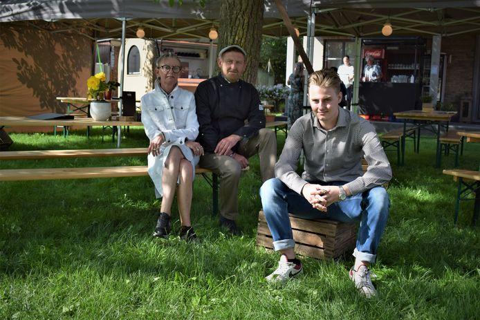 Ex-bakker Pieter Coene (53) begint samen met zijn vrouw Brigittte (56) en hun zoon Thibault (18) een tuinterras langs de Assenedesteenweg.