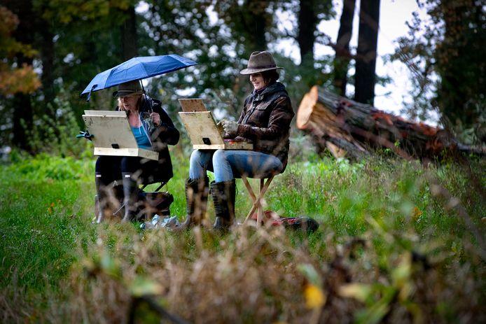 Kunstenares Emelie Jegerings en Yolanda Tielens schilderen bij het kasteel in Beek en Donk.