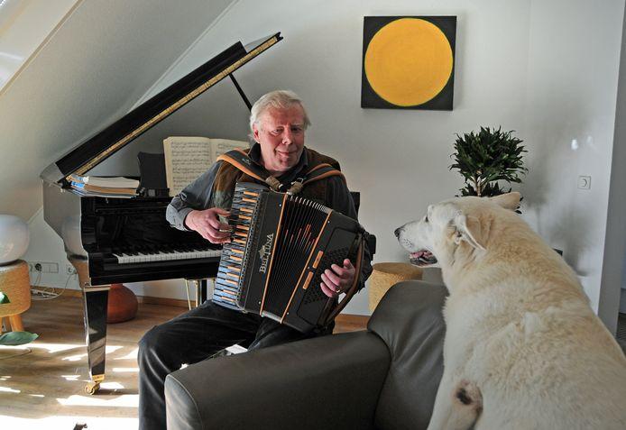Koos de Vos wisselt het bespelen van de accordeon en de vleugel met regelmaat af. De hond Casper is een trouwe toehoorder als het baasje musiceert.