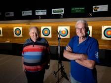 Pijlen in neus en rug; toch konden Hennie (76) en Noud (75) heel verdienstelijk schieten en nog meer ook