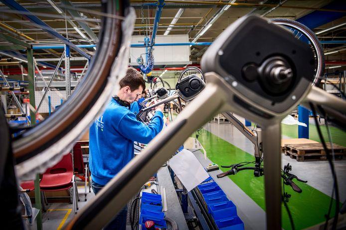 Montage van e-bikes bij Batavus. Dit jaar zal de helft van alle nieuwe fietsen elektrisch zijn.