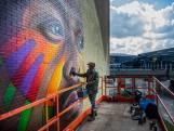 Tymon maakt gigaportret van Jeangu Macrooy in Rotterdam