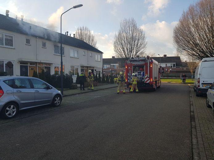 De brandweer bereidt zich voor om naar binnen te gaan in de brandende tussenwoning in Terborg.