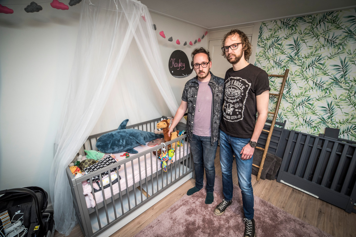 Homopaar Stefano en Arnout ( rechts ) Janssen moet baby afstaan  en staan in de nu lege kinderkamer