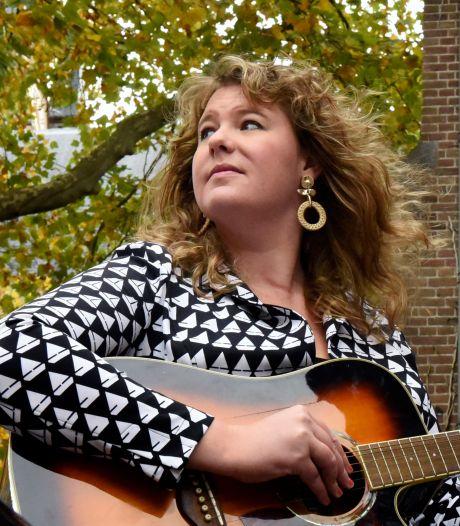 Kiki verrast Zoetermeerders met een persoonlijk lied vanuit een roze limo: 'Tijd voor iets leuks'