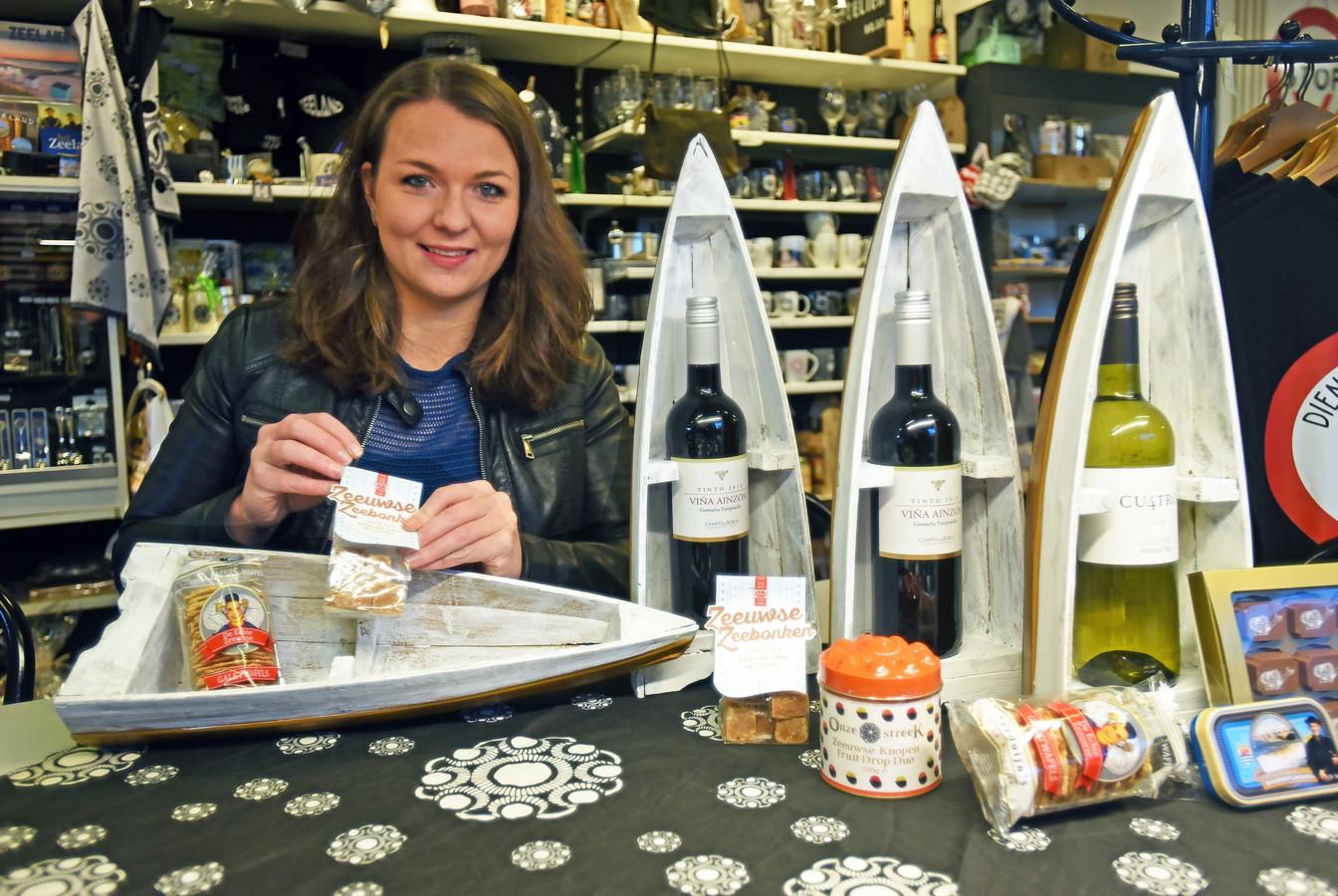 Sophie Guiljam van Scheldestore pakt kerstpakketten in