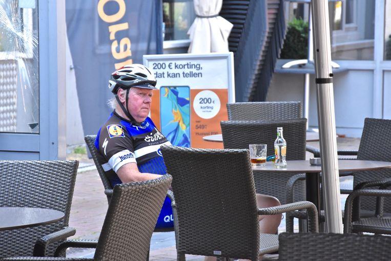 Hittegolf Menen 14u00 - 34°C Deze wielrenner laste eventjes een drankpauze in op de Grote Markt