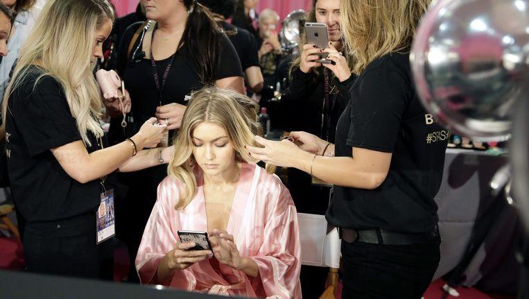 Victoria's Secret model Gigi Hadid voorafgaand aan de modeshow. Beeld epa