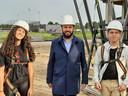 Norah Simmet, wethouder Ufuk Kâhya en Mik Soumokil net na de eerste steenlegging.