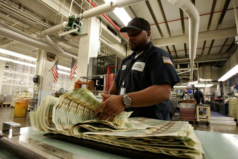 De Amerikaanse geldpers drukt nieuwe 20 dollarbiljetten. Beeld REUTERS