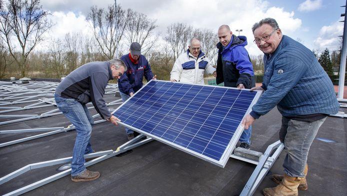 Het dak van VLTC aan de Watersportweg wordt gereed gemaakt voor de plaatsing van 144 zonnepanelen.
