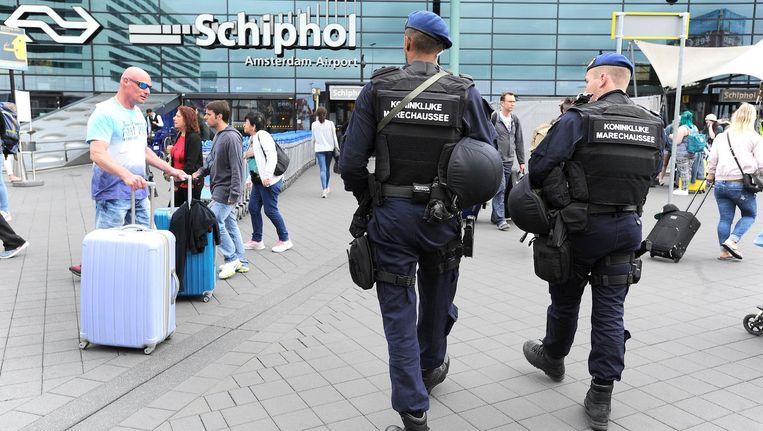 Zaterdag is de 40-jarige man onder begeleiding van de marechaussee naar Nederland gebracht. Beeld ANP