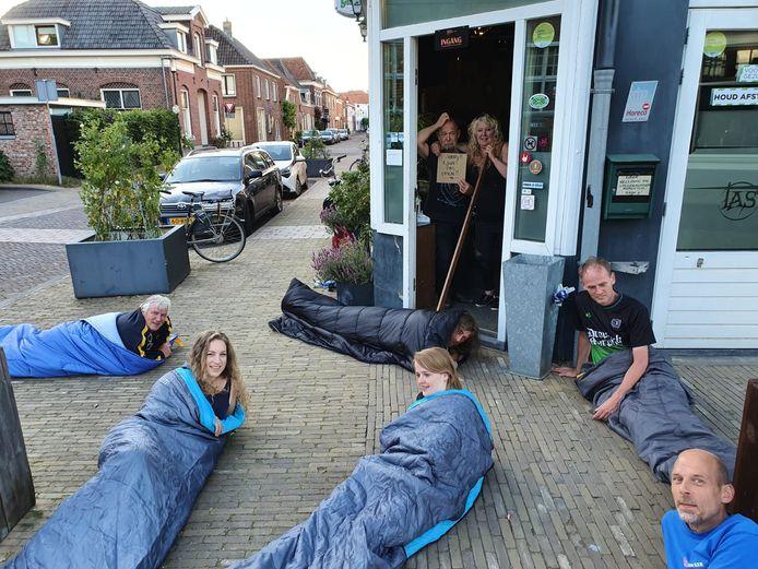 Deze trouwe fans kunnen niet wachten op de heropening van Rockcafé Taste in Groenlo. Zij lagen in slaapzaken, eventjes, voor de voordeur van het café.