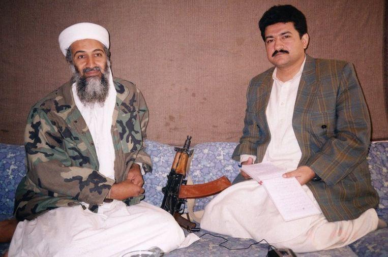 Hamid Mir in november 2001 in een grot bij Osama bin Laden. Beeld afp