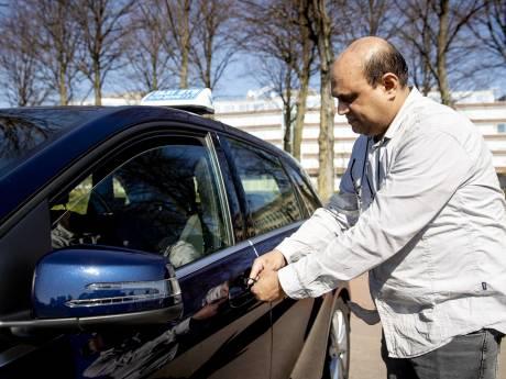 Taxichauffeurs rijden nog wel ritjes, maar zijn erg voorzichtig: 'Iedereen is bang om besmet te raken'