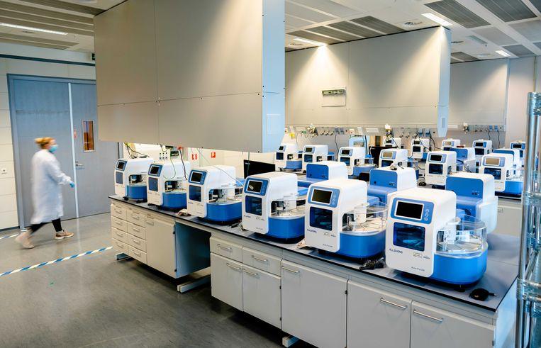 Bij Eurofins in Rijswijk wordt momenteel Nederlands grootste coronatestlaboratorium-in-wording ingericht. Beeld ANP