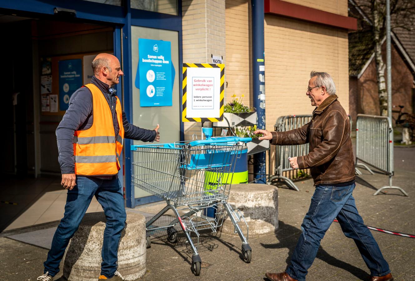 Bij de Albert Heijn in Gemert worden winkelkarren ontsmet na ieder gebruik. Elke bezoeker krijgt bij binnenkomst een schone winkelwagen